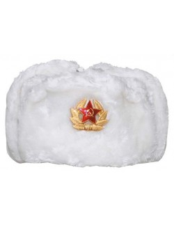 Gorro ruso de piel con emblema.